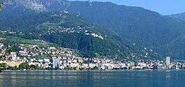 Montreux (Svizzera) Panoramica del centro della città dal lago.jpg