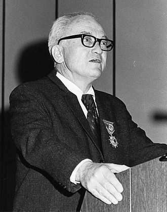 William Mulloy - William Mulloy lecturing on Rapa Nui archaeology in 1975, on the occasion of receiving the O'Higgins Award, Chile's highest civilian honor.