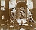 Musée égyptien - Intérieur d'une salle - Psammétique protégé par la vache Hathor avec Osiris et Isis - Le Caire - Médiathèque de l'architecture et du patrimoine - AP62T163568.jpg