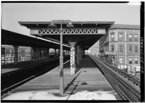 NORTHBOUND PLATFORM AT EAST TREMONT AVENUE STATION, GENERAL VIEW IS NORTH. - Interborough Rapid Transit Company, Third Avenue Elevated Line, Borough of the Bronx, New York, New HAER NY,3-BRONX,13-53.tif