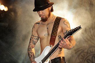 Dave Navarro - Navarro performing in 2009.