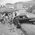 Omstanders bij een in een greppel gegleden auto, Bestanddeelnr 255-0085.jpg