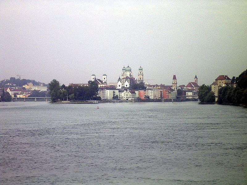 http://upload.wikimedia.org/wikipedia/commons/thumb/5/5d/Passau3Fluesse-Denis-Barthel.jpg/800px-Passau3Fluesse-Denis-Barthel.jpg