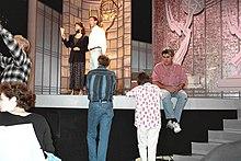 Richardson y Taylor de pie en un escenario con Leno sentado