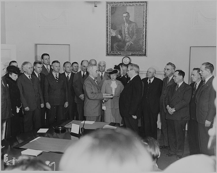 ファイル:Photograph of Harry S. Truman taking the oath of office as President of the United States in the Cabinet Room of the... - NARA - 199062.jpg