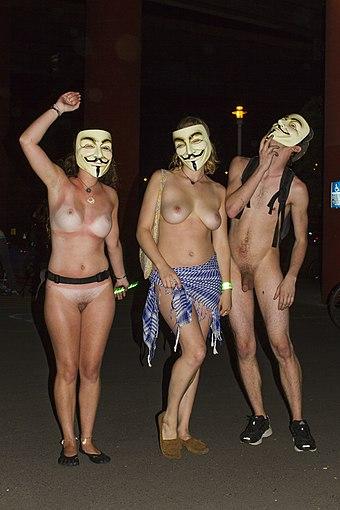 Nackt durch die Straßen gehen