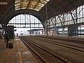 Praha hlavní nádraží, průjezd lokomotivy.jpg
