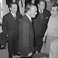 Prins Bernhard in kleedkamer Real Madrid, Bestanddeelnr 918-1581.jpg