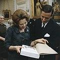 Prinses Beatrix en prins Claus krijgen geschenk aangeboden, Bestanddeelnr 254-7523.jpg
