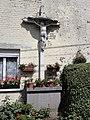 Prisches (Nord, Fr) croix de façade.jpg