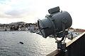Proyector junto al puente de mando, en el lado de babor. Al fondo se ve la Escuela Naval Militar (16626136762).jpg