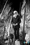 Puščavnik pred svojim bivališčem leta 1932.jpg