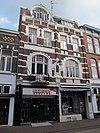 Winkels met bovenwoningen zijn gelegen in de gesloten straatwand van de Hamstraat