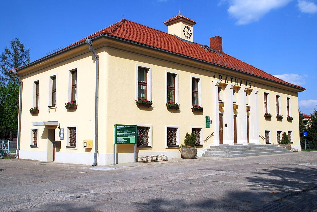 Baudenkmal Rathaus mit VdN-Denkmal auf dem Platz der Befreiung Fredersdorf