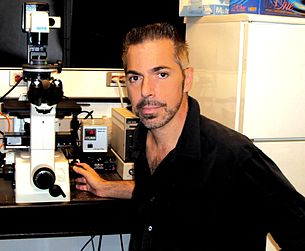 Robert Lanza in laboratory.JPG