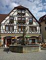 Rottenburg am Neckar - Ritterbrunnen vor einem Fachwerkhaus.JPG