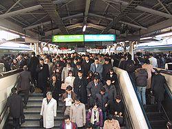 Hora de ponta na Estação de Tóquio, Japão