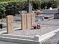 Saint-Remy-du-Nord (Nord, Fr) cimetière, 4 tombes de guerre CWGC.jpg