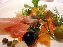Salade de jambon cru et saumon fumé.