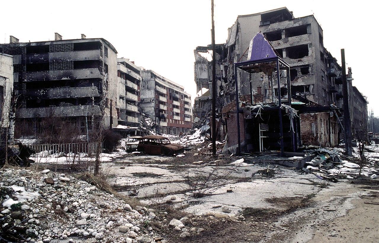 Fortsatt rensning tusentals fordrevs fran bosnisk stad