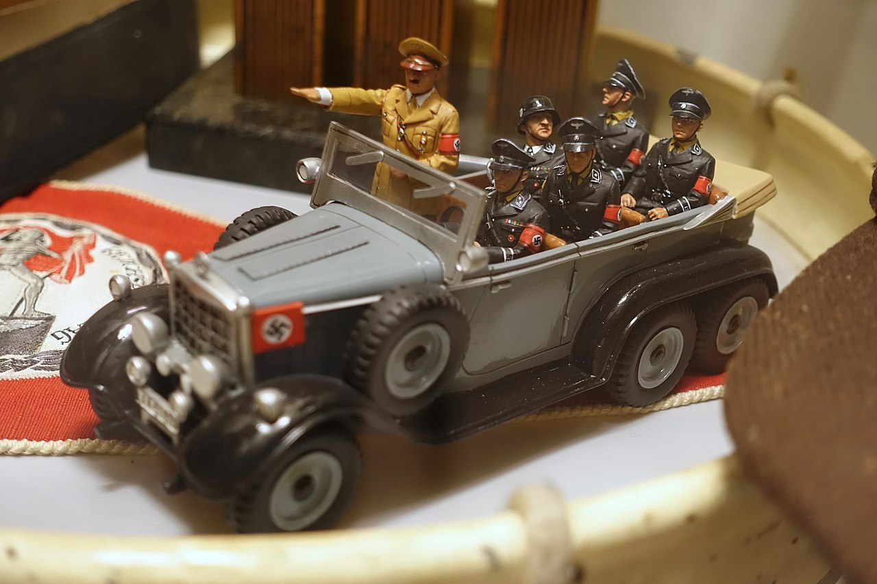 File:Scale model of Hitler's Mercedes 6 wheel staff parade