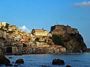 Scilla (RC) - la chjanalèa e il castello.jpg