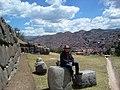 Sentado en la inmensidad de Sacsayhuaman.jpg
