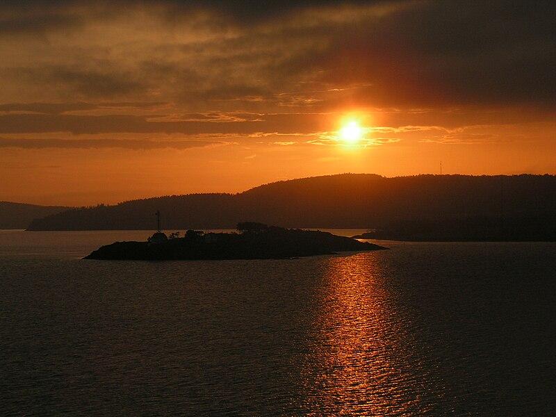 File:Sonnenaufgang im Oslofjord.jpg
