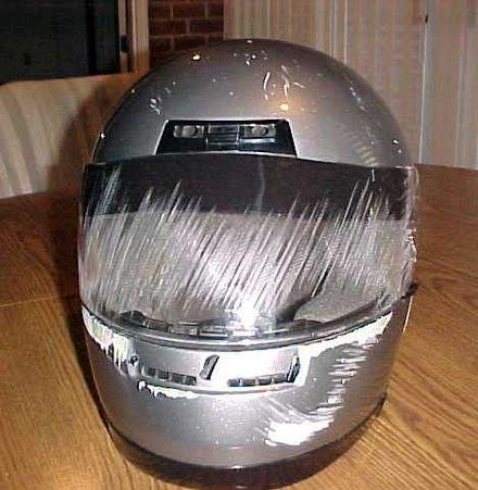 事故で損傷したヘルメットは、チンバーとフェイスシールドがユーザーをどのように保護したかを示しています