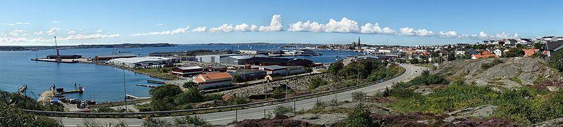 Den sydlige havn, Grötö industriområde og indsejlingen til Lysekil.   Fotoet taget i vestlig retning.