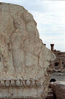 لقطة من آثار قديمة ويظهر على الصخر نحت لثلاث نساء متجلببات بالكامل لا يظهر  منهن وجه ولا كف ولا عين ولا غير ذلك