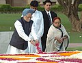 The Prime Minister, Dr. Manmohan Singh paying floral tributes at the Samadhi of Mahatma Gandhi at Rajghat on the occasion of 61st Independence Day in Delhi on August 15, 2007.jpg