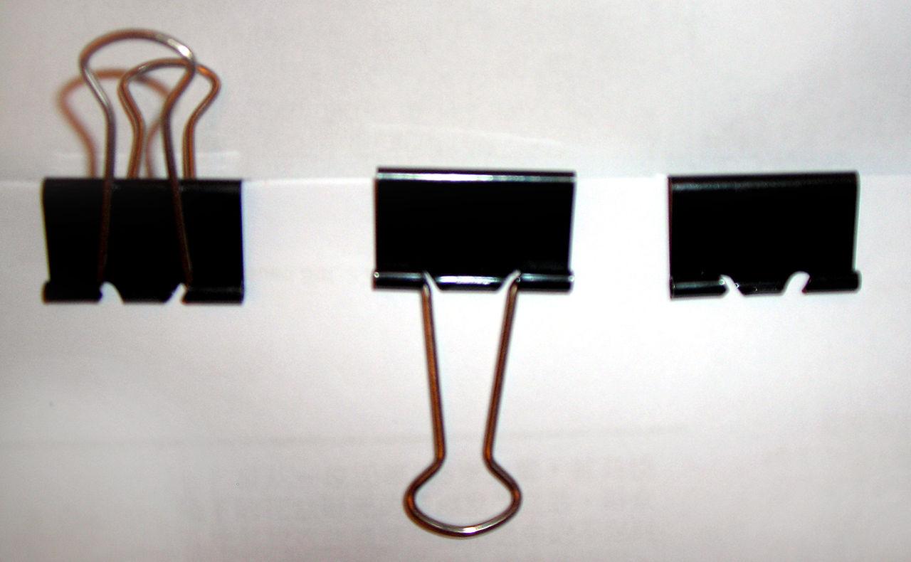 1280px-Three_binder_clips.jpg