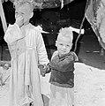 Twee bedoeïenenkinderen bij een tent, Bestanddeelnr 255-3406.jpg