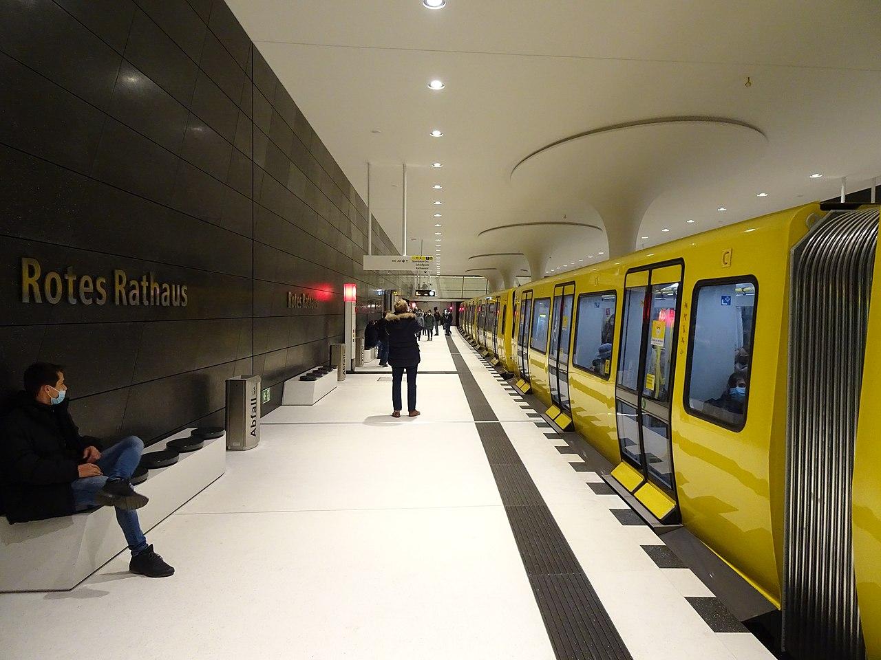 U-Bahnhof Rotes Rathaus (50688176686).jpg