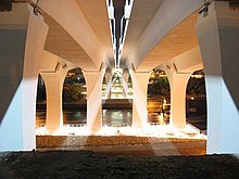 Ein Blick auf die neue Brücke direkt darunter mit Blick auf den Fluss