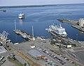 Vasklot hamn cirka 1994 med Silja Festival på inkommande och Wasa Queen vid kaj.jpg