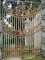 Villa la pietra, pomario, cancello 02.JPG