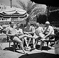 Vliegtuigbemanning en commissieleden aan het zwembad, 2e van links vlieger Geyse, Bestanddeelnr 254-2309.jpg