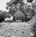 Voorgevel van klein bakstenen huis met rieten dak, openslaande deuren met roedenverdeling in het venster, luiken, tuin en tuinmuur - Maasdam - 20401171 - RCE.jpg