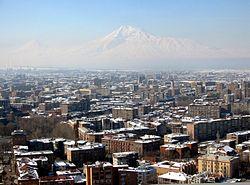 Ereván, capital de Armenia, con el Monte Ararat al fondo