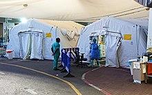 אוהלי טיפול בחולי קורונה ליד הכניסה לחדר המיון של המרכז הרפואי שיבא