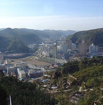 Yan'an - Image: 延安市:Yan'an City 2007年
