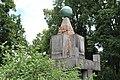 14.Ondřejov pomník padlým detail vrcholu pomníku s letopočtem MCMXXIII šikmý podhled z úrovně trávníku.JPG