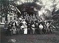 1900 circa Theodor Harder & Söhne, Celle, Gruppenbild-Fotografie in einem großen Garten mit Soldaten und Damen an unbekannten Ort, wohl in Celle.jpg