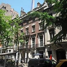 Die Backsteinfassade der 11 West 54th Street befindet sich zwischen der 13 West 54th Street links und der 7 West 54th Street rechts