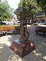 A Napernyős lány szobra, Kossuth tér, 2019 Szentes.jpg