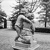 achterzijde beeldengroep van twee kinderfiguurtjes bij hoek voorgevel - ridderkerk - 20037335 - rce