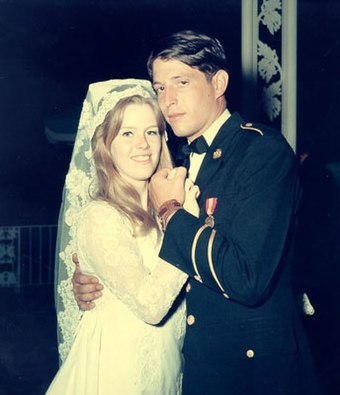 Tipper and Al Gore on their wedding day, May 19, 1970, at the Washington National Cathedral Al Gore wedding.jpg