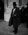 António Luís Gomes, ministro do Fomento do I governo provisório da República, à entrada dos Paços do Concelho, 1911 (cropped).png